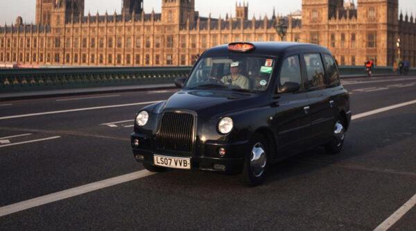 Foto Taxi a Londra con Westminster di sfondo